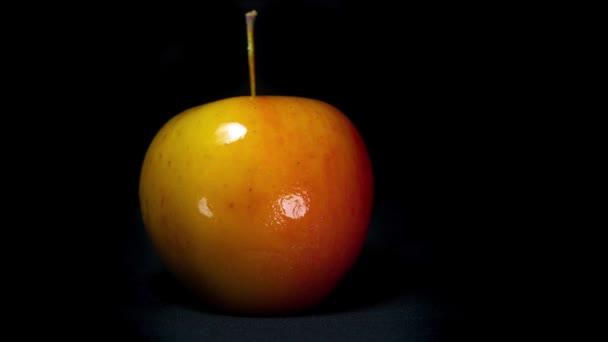 Der Apfel friert langsam. gefrorenes Obst