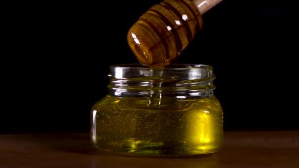V nádobě uzavřete chutný med odkapávající z medu