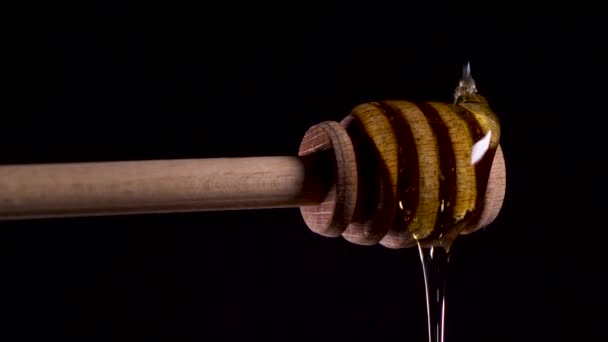 Med nalil lžíci medové lžičky. Velmi krásné video