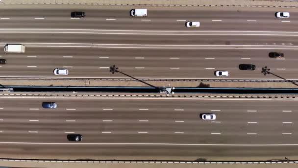 Felülről lefelé légi felvétel 11 sávos híd sok autók és buszok. jobbra mozgatás