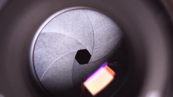 altes Oldtimer-Objektiv beim Fotografieren. Kameralinse mit einstellbarer Blende. Nahaufnahme.