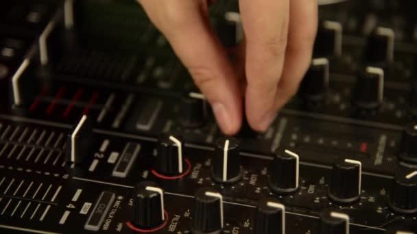 DJ játszik a zene keverő. Fekete zene keverőpult. Közelről.
