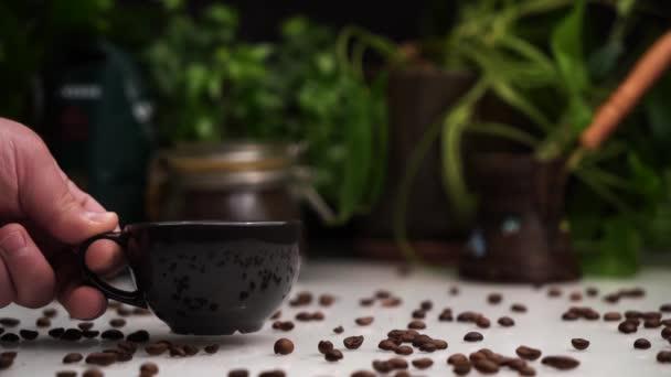 Ember odaad hely fekete csésze-ból forró kávé vagy eszpresszó-ra fehér asztal-val kávé bab rajta.