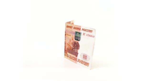 5000-Rubel-Banknote rotiert auf weißem Hintergrund. Isoliert. Halbgefaltete Geld-Seitenansicht. Das Geld zeigt das Denkmal für Murawjow-Amurski mit dem Wappen von Chabarow und der Brücke über den Amur
