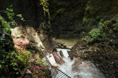 Nebezpečná stezka přes vodopád s ocelovými žebříky v SL