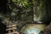 Nebezpečná stezka přes vodopád s dřevěnými žebříky v S