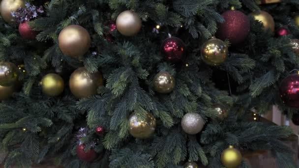 Vánoční ozdoby s míčky, blikající věnce, zářící světla