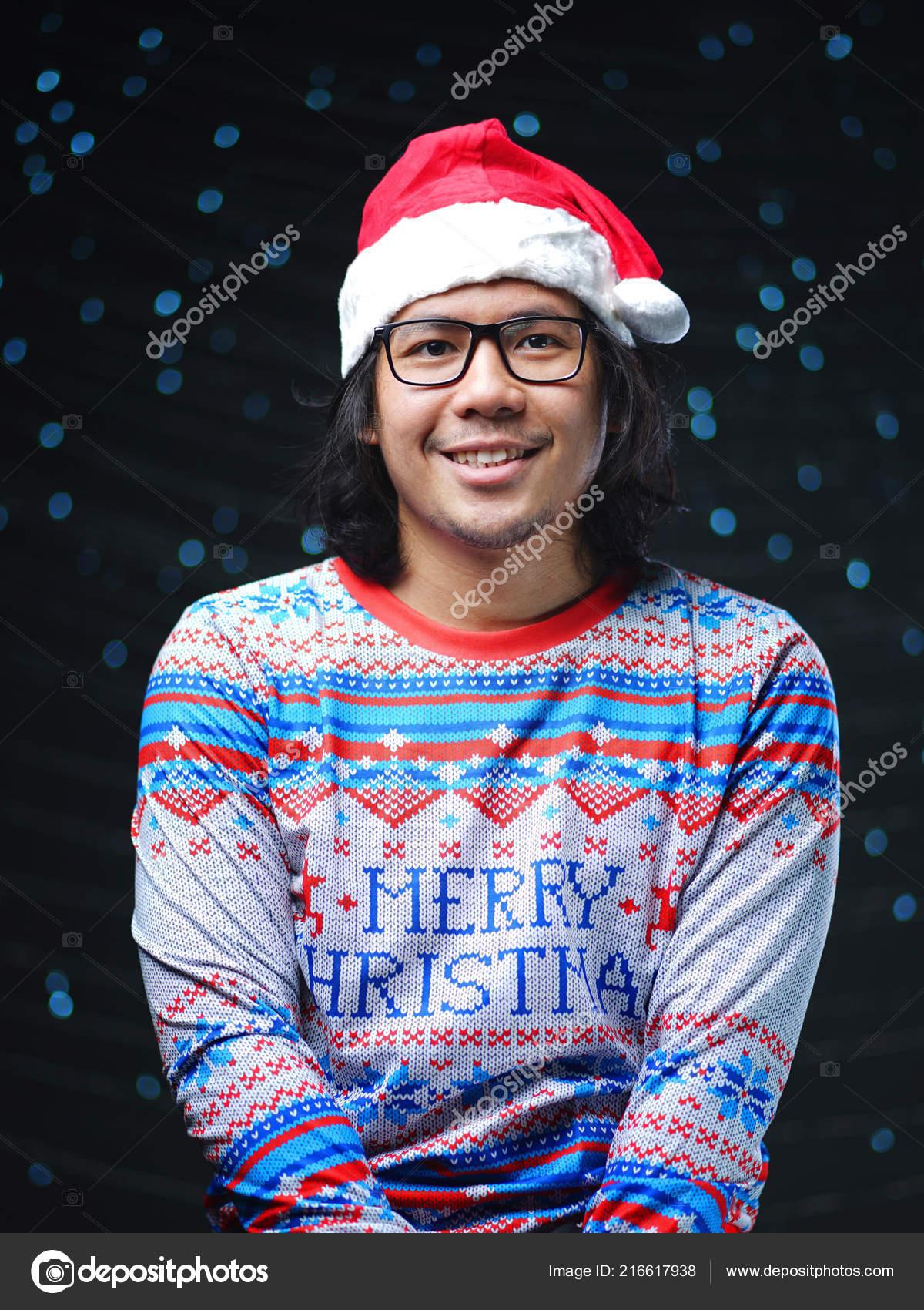 67a04eea6a569 Asiatico Con Sombrero Santa Feliz Navidad Suéter — Fotos de Stock ...