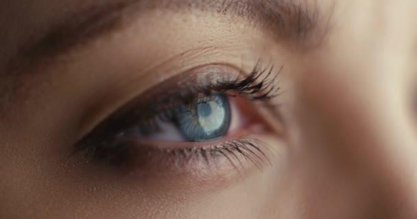 Rozhledna zblízka jí otevřela modré oči a soustředila zrak. Střela do kamery ARRI Alexa