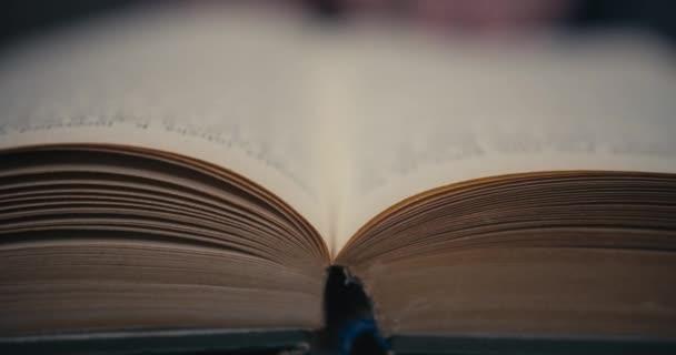 Překlopení stránek ve staré knize.