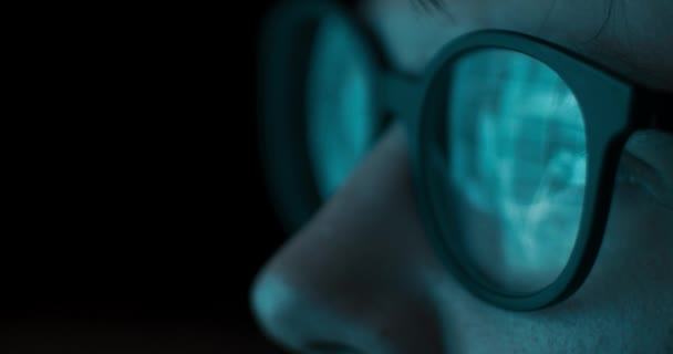 Blízcí muži v brýlích odrážejících finanční údaje o zásobách