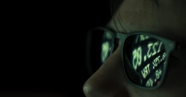 Großaufnahme-Männchen in Brille spiegelt Börsenticker wider