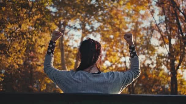 Frauen, die auf einer Bank sitzen und Erfolge feiern. Zeitlupe