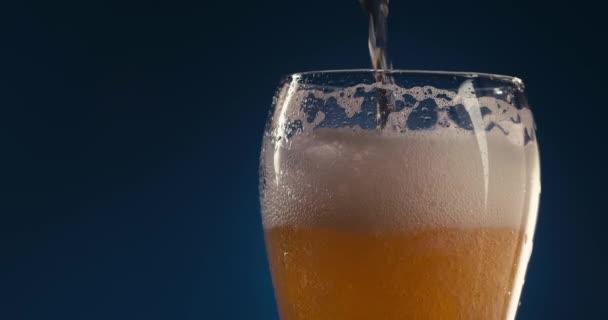Znovu naplňujete sklenici pivem. Modré pozadí