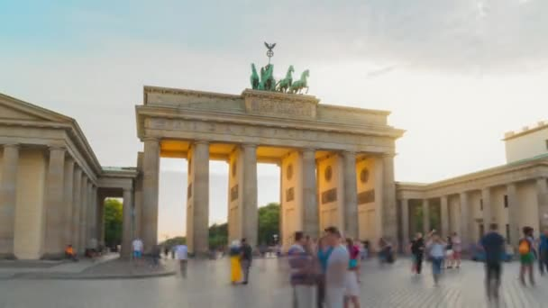 Tag-zu-Nacht-Hyperlapse mit einem lange belichteten Platz voller Touristen vor dem Brandenburger Tor berlin deutschland