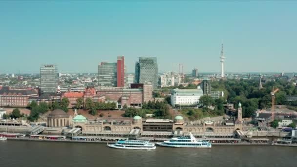 st. pauli landungsbrücken zentraler verkehrsknotenpunkt und fährstationen von hamburg und sind auch ein bedeutender touristenmagnet mit zahlreichen restaurants und abfahrtsorten für hafenluftschiffe