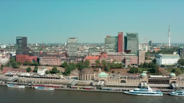 hamburg st. pauli landungsbrücken zentraler verkehrsknotenpunkt und fährstationen, sind auch ein großer touristenmagnet mit zahlreichen restaurants und abfahrtsorten für hafenluftschiffe