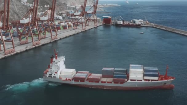 Egy konténeres teherhajó belép a kikötőbe kirakodás céljából.