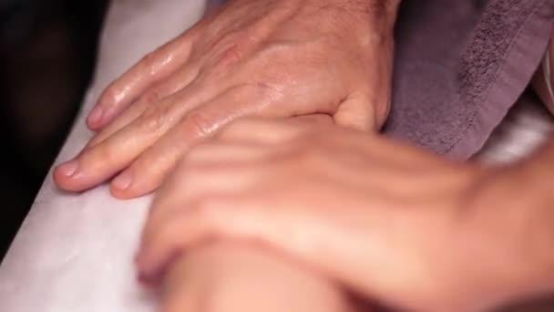 Kézmasszázs. Relaxáló, wellness masszázs, terápia. Professzionális masszázs terapeuta csinál masszázs