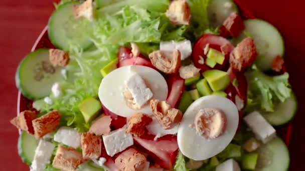 Sprinkle the salad with golden crackers. Healthy salad, diet, vegetarianism, vegetables, crackers, tomato, lettuce. Salad recipe. Salad in a plate top view
