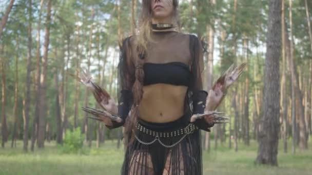 Női táncosok világos smink és jelmezek álló sorban az erdőben, mozgó teste, így a számok. Erdei tündérek, driádokat gyönyörű ruhában a fák alatt. Teljesítménye táncosok az erdőben