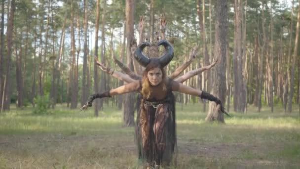 Csoport női táncosok a make-up és a misztikus mesés jelmezek táncoló Groovy táncolni az erdőben. Erdei tündérek, driádok szórakozni a fák között. A szabadtéri táncosok teljesítménye.