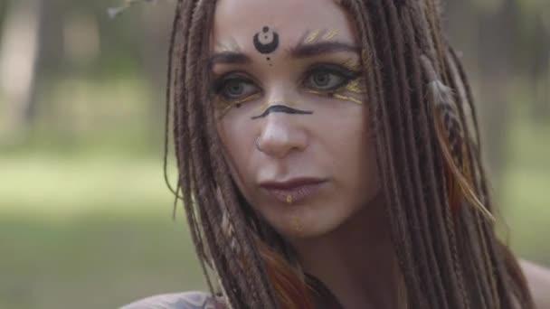Portrét mladé ženy v divadelním kostýmu a tvoří lesní nymthy tančící v lese s voňlostí nebo rituálem