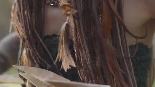 Blízká taneční břicho atraktivní dryáda nebo lesní víla s afro-copánky a tetování na kůži. Starodávný rituál lesní bytosti. Výkon tanečníka v lese