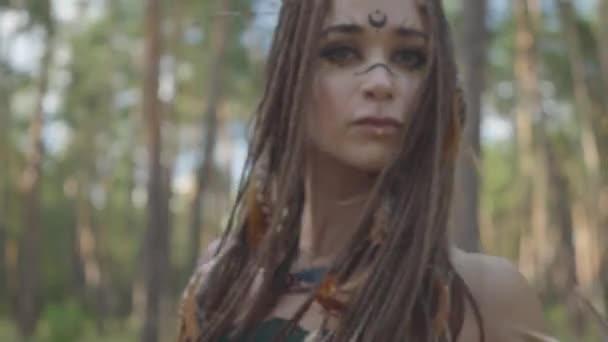 Portrét štíhlé mladé ženy v divadelním kostýmu a tvoří lesní nymthy tančící v lese s voňlostí nebo rituálem