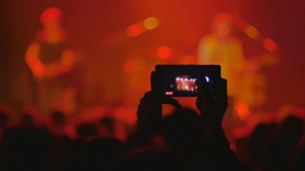 korunovační tanec na koncertě a pořizování videozáznamů na mobilním telefonu