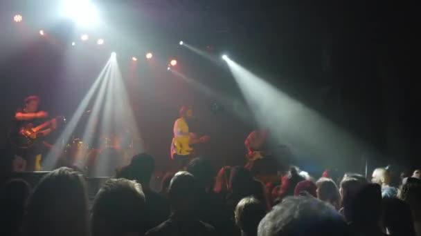 koncert videó, zenekar bulizás a színpadon, boldog táncoló tömeg