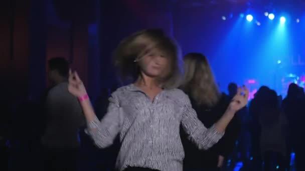 koncertní video, šťastné taneční děvče v davu, mávající hlavu a vlasy
