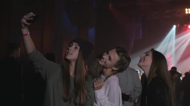 koncertní video, Teenageři dívky přátelé v davu, kteří si berou na mobil