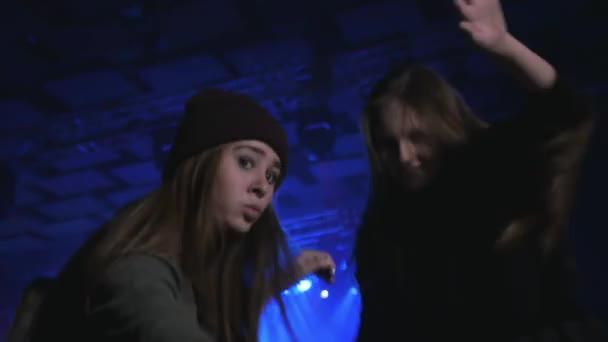koncertní video, šťastné tance dívky přátelé v davu, hip hopový večírek