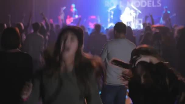 koncertní video, páska na jevišti, šťastné tance přátel v davu