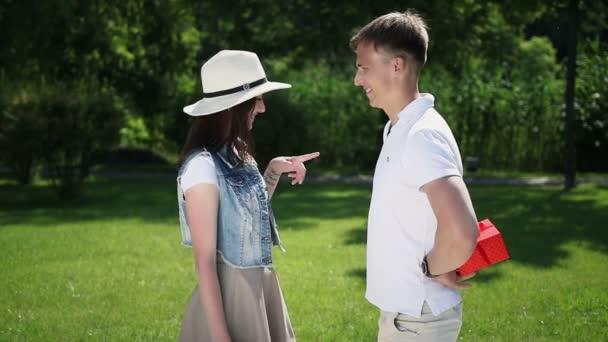 Ten chlap chce po holce, aby uhádla, ve které ruce je dar. Ta holka to řekla na pravé straně. Ten chlap ukázal holce prázdnou ruku. Dívka řekla, že dar v levé ruce. Ten kluk dává dívce dárek. Holka líbá chlapa..