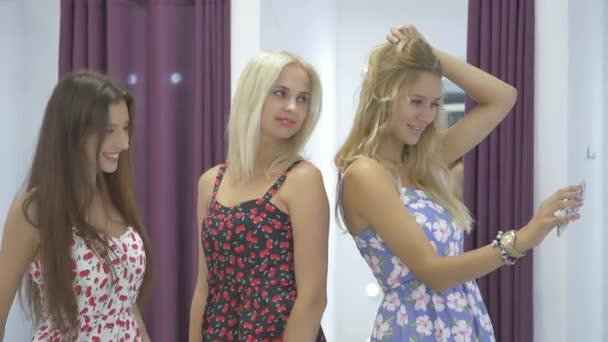 videó három lány így selfie az okostelefon öltözőben a bemutatóteremben