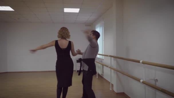 Video von professionellem Tanzpaar im Studio