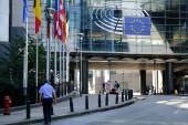 V Bruselu dne. 15. září2020. Chodci v ochranných obličejových maskách, procházka mimo Evropský parlament.