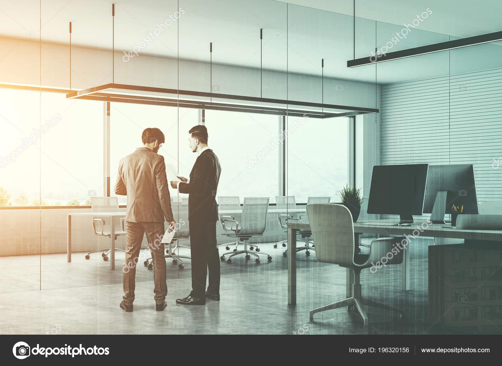 Hommes Affaires Dans Une Salle Conférence Blanc Bureau ...