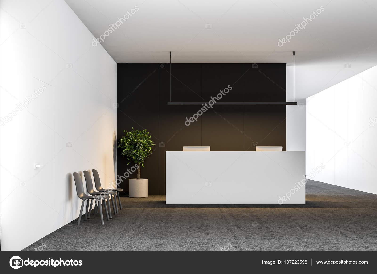 Table réception bureau blanc avec deux ordinateurs debout dans