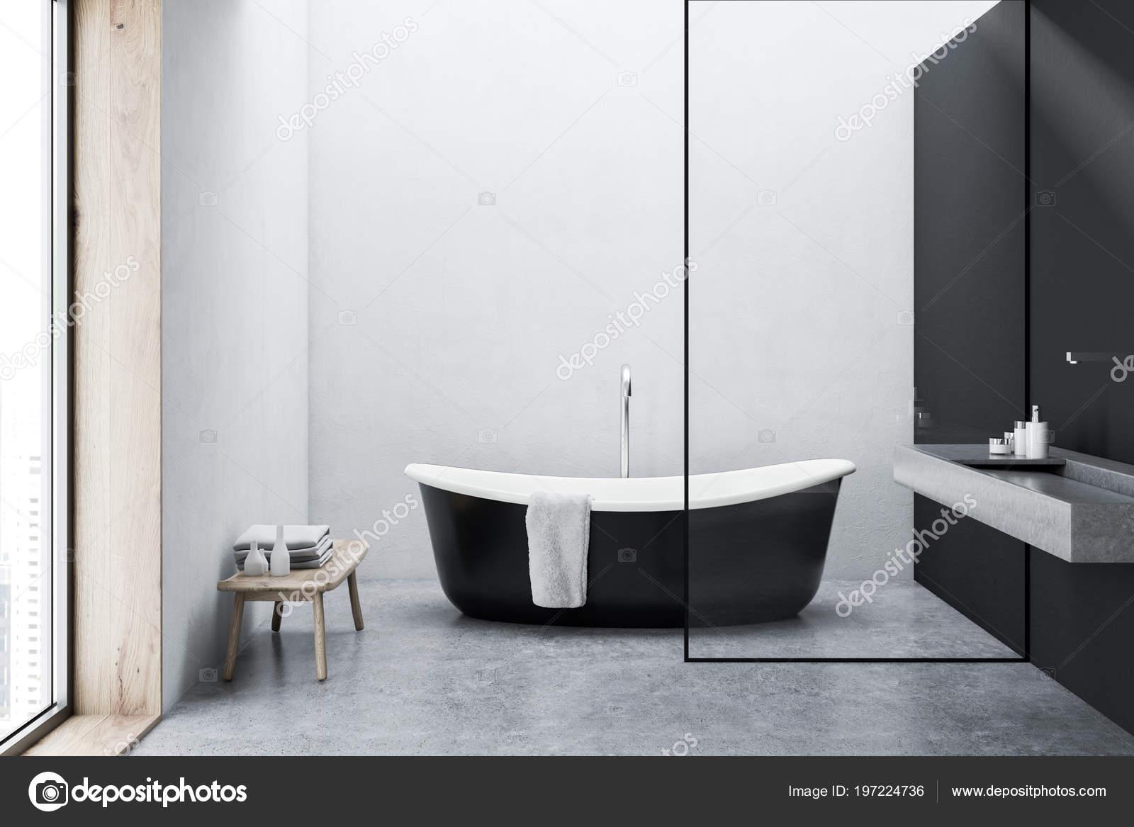 Vasca Da Bagno Nera : Vasca bagno nera con asciugamano appeso esso piedi pavimento cemento