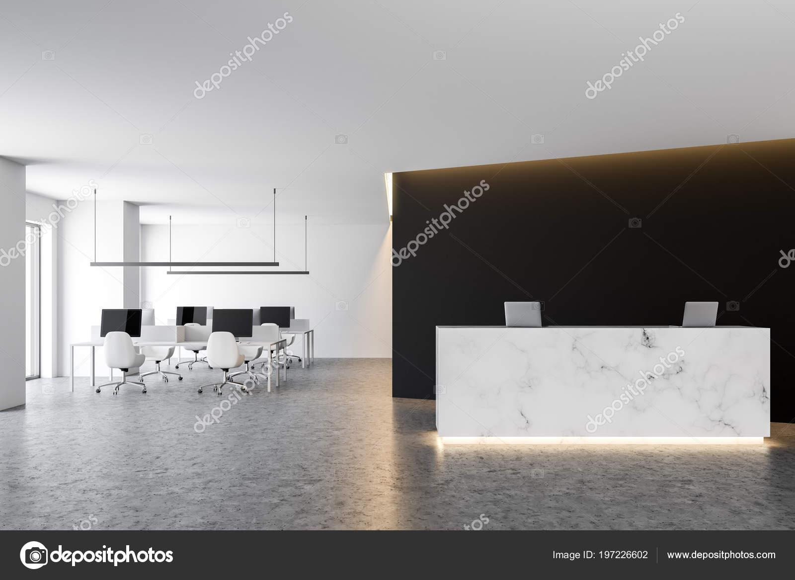 Table réception marbre bureau avec deux ordinateurs debout dans