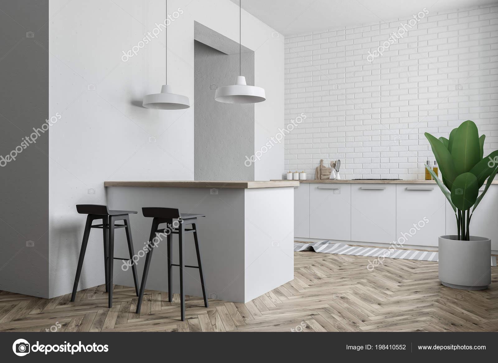 Sgabelli Cucina Bianchi : Interiore della cucina con ripiani bianchi bar con sgabelli una