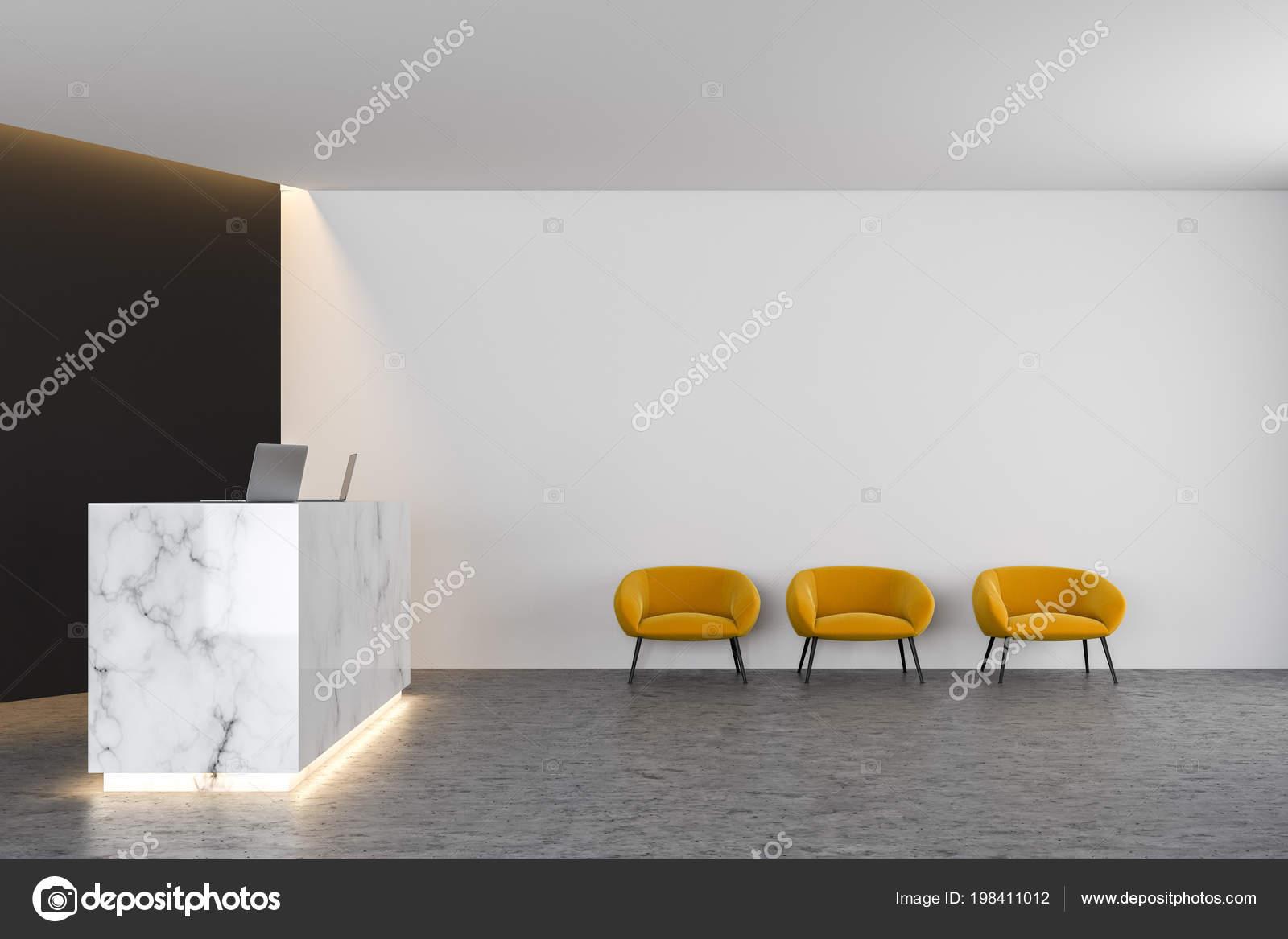 Table réception bureau marbre blanc avec deux ordinateurs debout