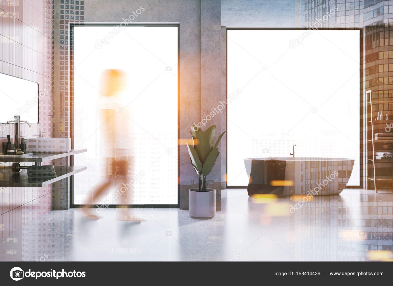 Interno bagno mansarda con pareti piastrelle cemento rosa piano