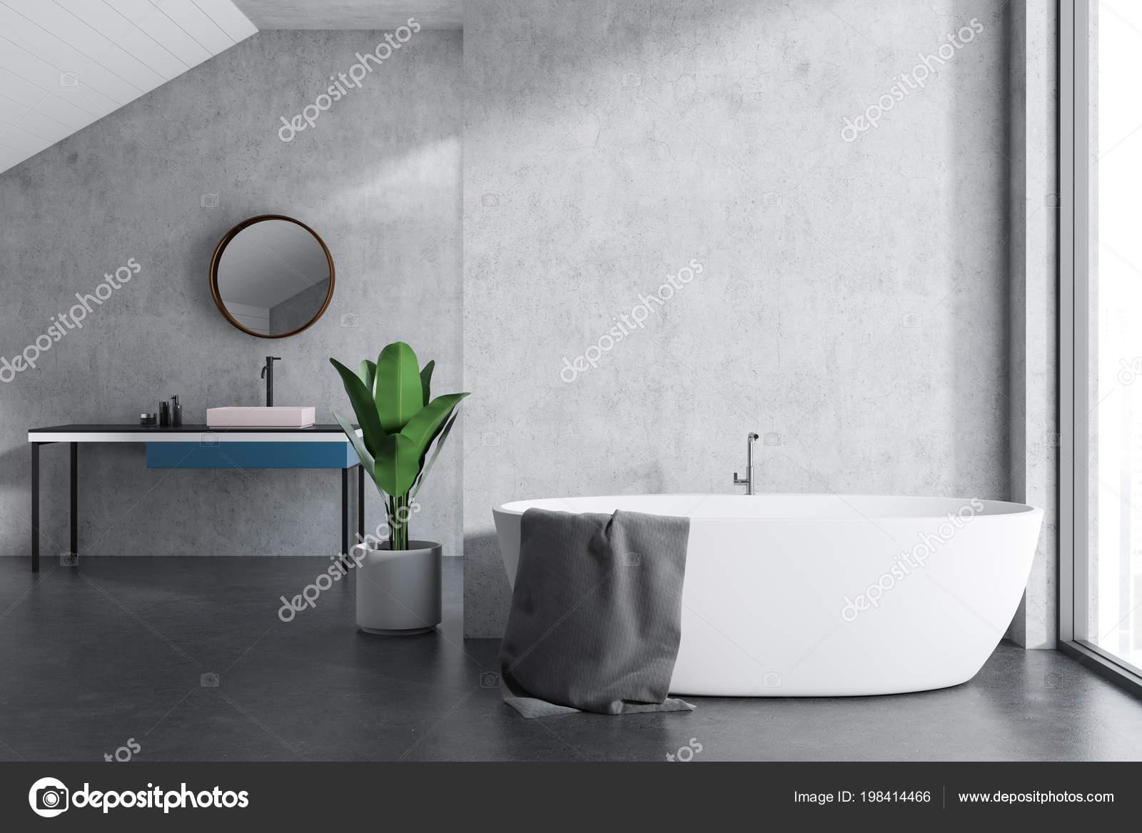 Betonnen Badkamer Muur : Attic badkamer interieur met betonnen muren vloer een badkuip een