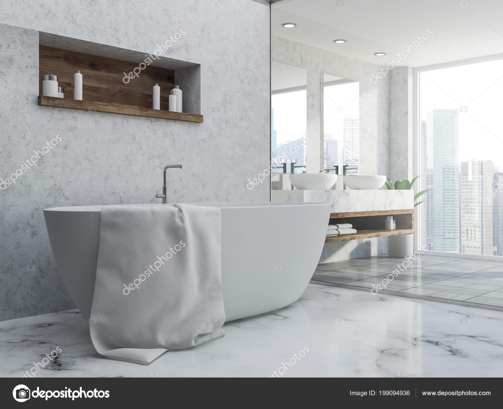 intérieur salle bains avec des murs gris sol marbre baignoire