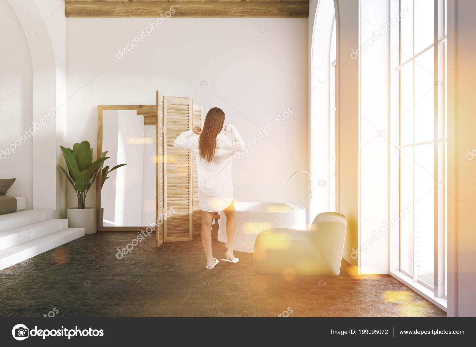 Vasca Da Lavare In Cemento : Donna interiore stanza bagno lusso bianca con pavimento cemento