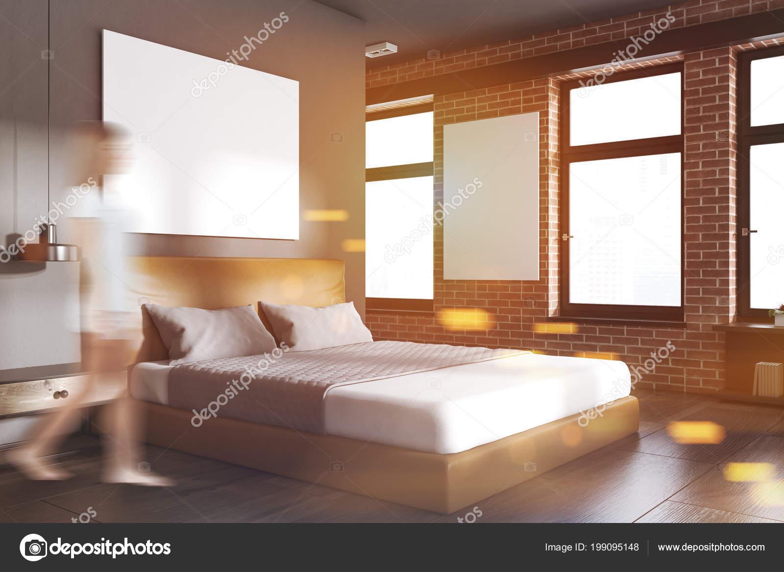 Letto Grigio Scuro : Donna angolo della camera letto con pareti mattone grigio scuro